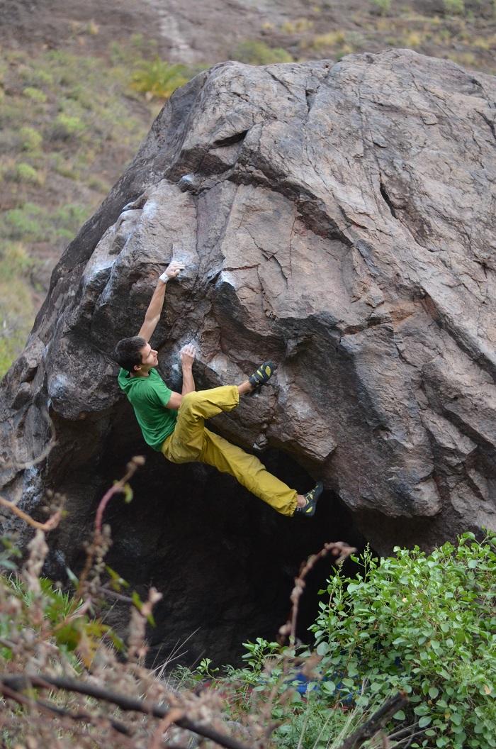 Začiatok bouldra Portal de belen 7A bol v jaskyni. Jeden z najzabavnejších bouldrov, aké som liezol (foto: Aďa)
