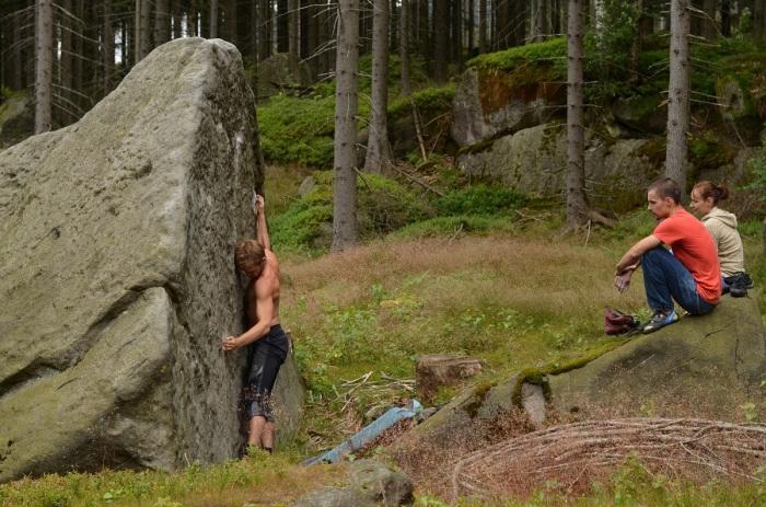 Objavili sme kameň ZOO a na ňom dve pekné línie. Ďuri si zaknihoval prvé 7A Odpal tučňáka (foto: Aďa)