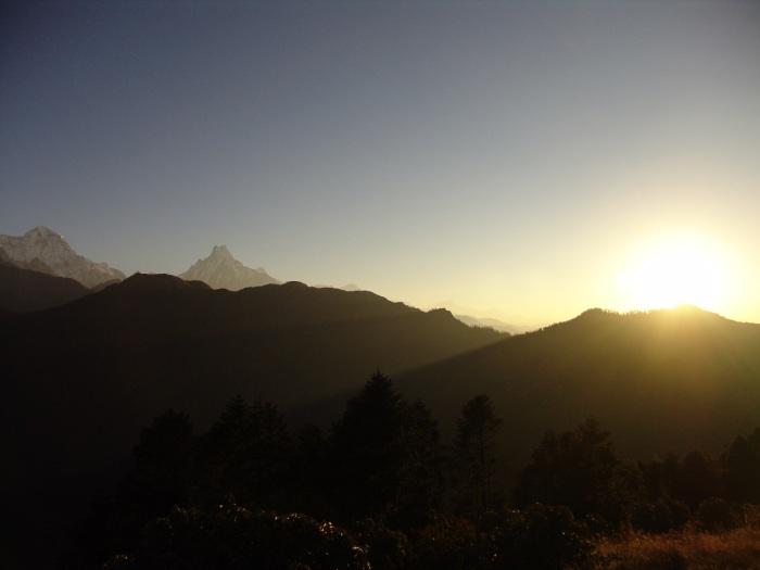 Východ slnka, druhý kopec zľava je Machapuchare