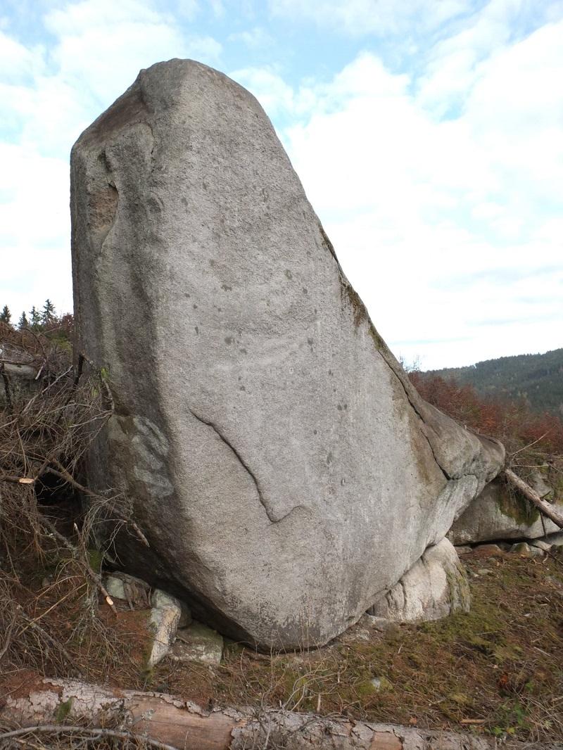 Majestátny k. 8V s rovnomenným hviezdičkovým boulderom v odhalenej krajine.